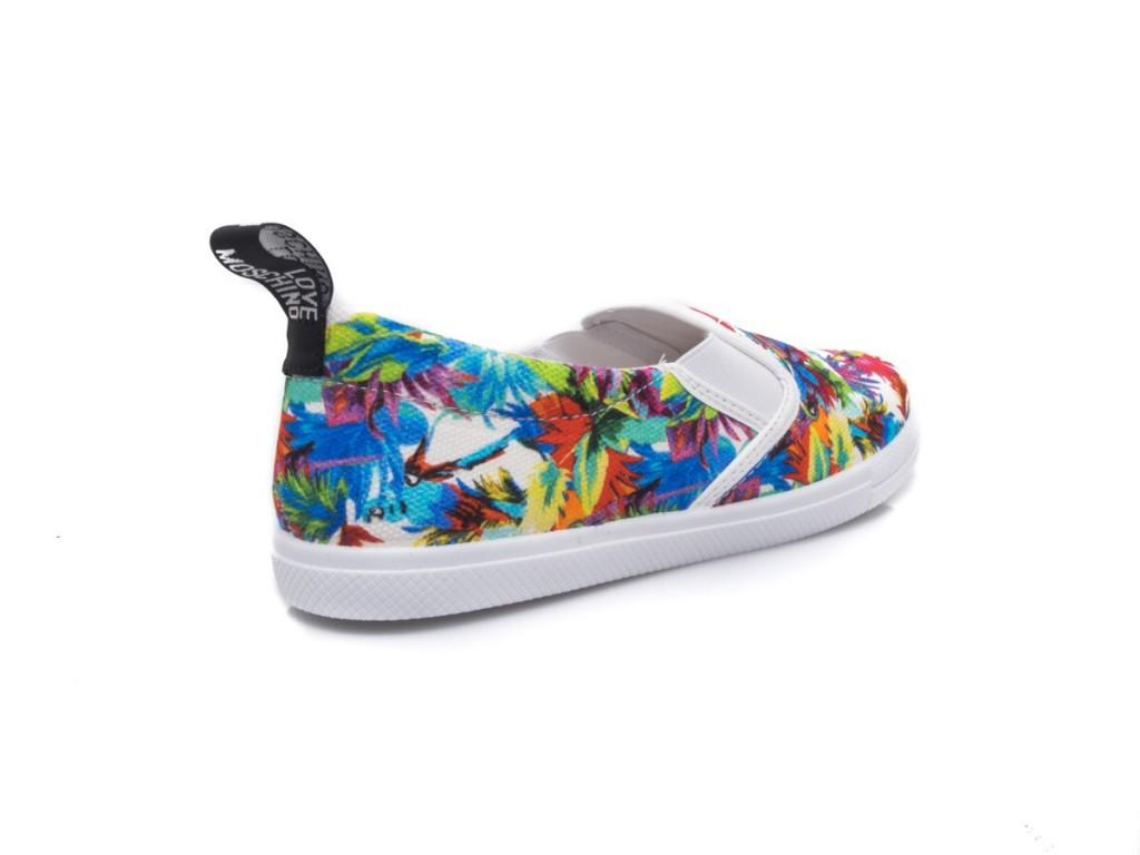Sneakers in tela bianca con fantasia floreale.  Love Moschino
